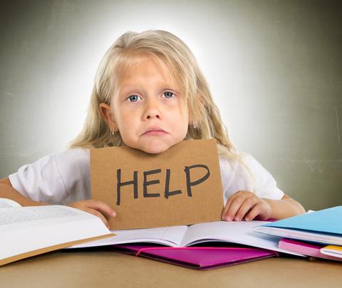 Kind wat huiswerk doen